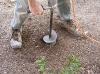 Realización de agujero en suelo de jardín para albergar portacebo